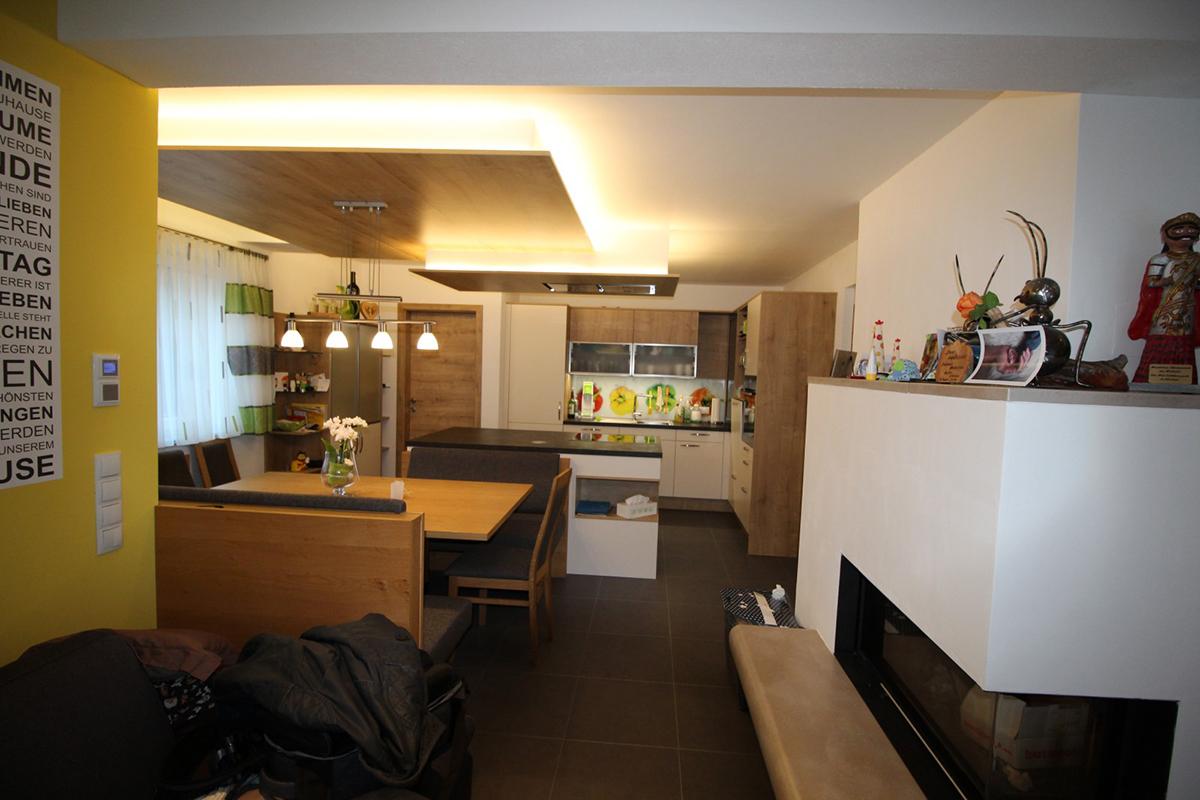 Einbauküche mit Essplatz © Resch WohnDesign